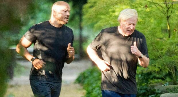 Boris Johnson a dieta paparazzato mentre si allena con il personal trainer