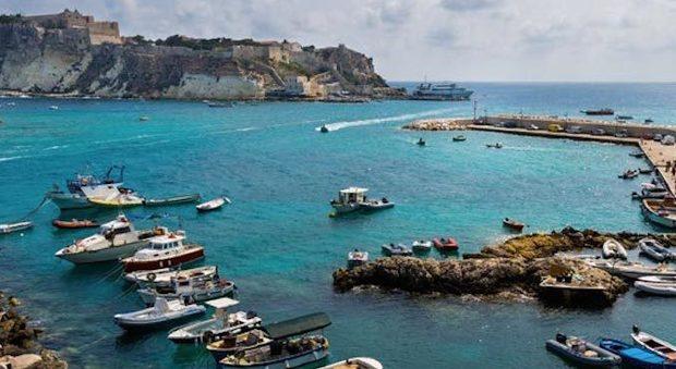 Traghetto Tirrenia finisce sugli scogli alle isole Tremiti