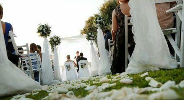 Maxi focolaio covid alla festa di matrimonio: il sindaco chiude scuole, parchi e circoli anziani