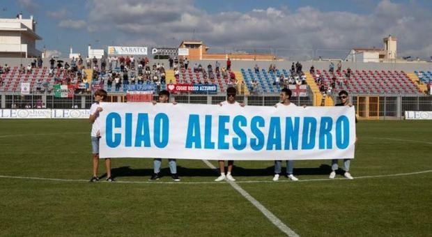 Alessandro muore a 15 anni nell'incidente: tutto lo stadio lo ricorda, lacrime in curva