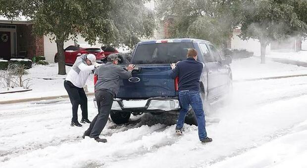 In Texas è emergenza freddo: «Mancano cibo e acqua». E dopo il blackout si rischia la fame