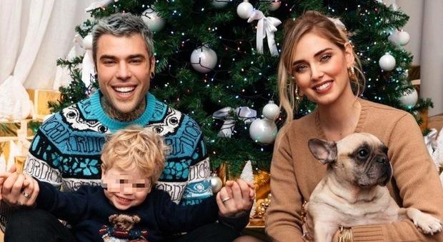 Chiara Ferragni, foto di famiglia con l'albero di Natale. Ma i fan notano un dettaglio: «Ma come fate?»
