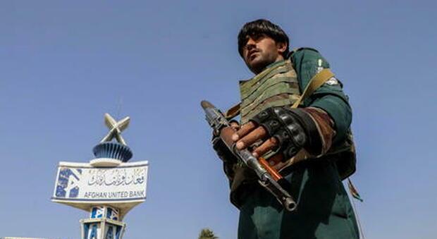 Orrore in Afghanistan: poliziotta incinta di 8 mesi uccisa dai talebani in casa di fronte ai parenti