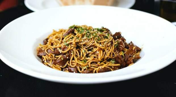 Nove membri della stessa famiglia morti dopo un'intossicazione alimentare: «I noodles che hanno mangiato erano avariati»