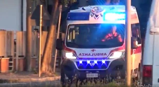 Morto bimbo di 10 anni incastrato nel cassonetto degli abiti usati a Bergamo