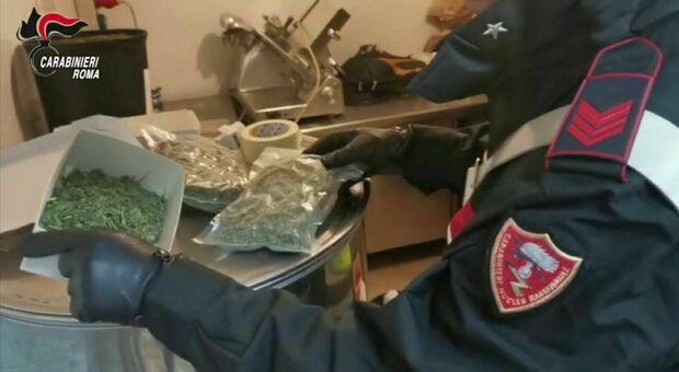 A letto con la droga, coppia di 40enni sorpresa con un chilo e mezzo di hashish e marijuana nascosti sotto le lenzuola