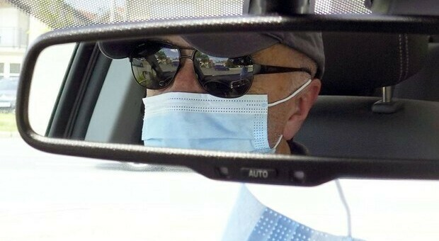 Mascherine in auto, aumentano i controlli: ecco le regole da seguire e le sanzioni