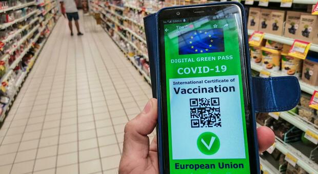 Green pass per i viaggi in Italia e all'estero, quando serve il tampone? Tutto ciò che c'è da sapere
