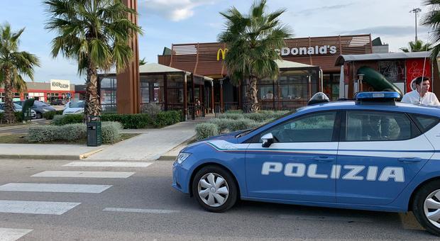 Una pattuglia della polizia al Mc Donald's