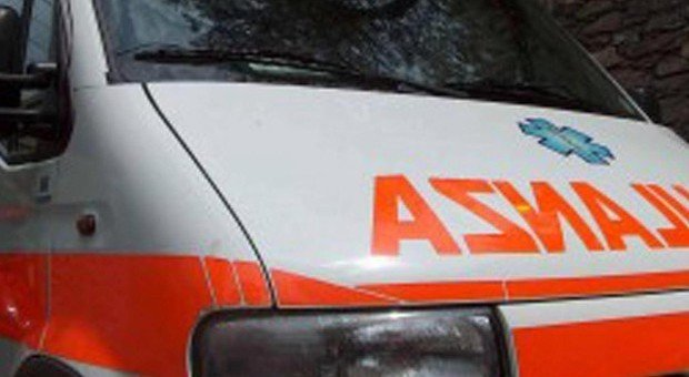 Scende dall'auto dopo un incidente ma viene travolto da un furgone: morto un 43enne