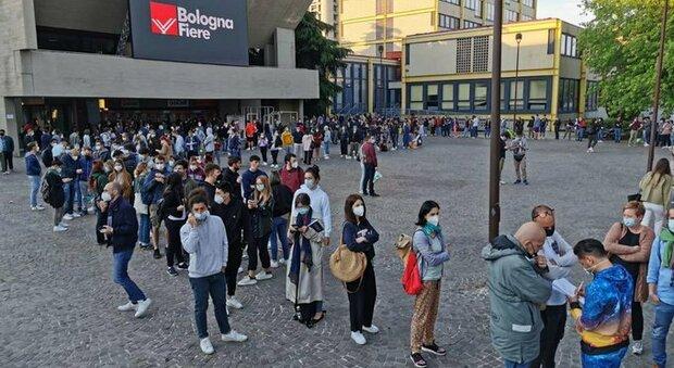 Open day a Bologna, in migliaia in fila per il vaccino: «Accampati da ieri notte». Il sindaco si scusa per i disagi