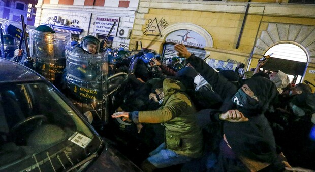 Roma, scontri al corteo contro lo sgombero del Nuovo Cinema Palazzo: fermate due persone