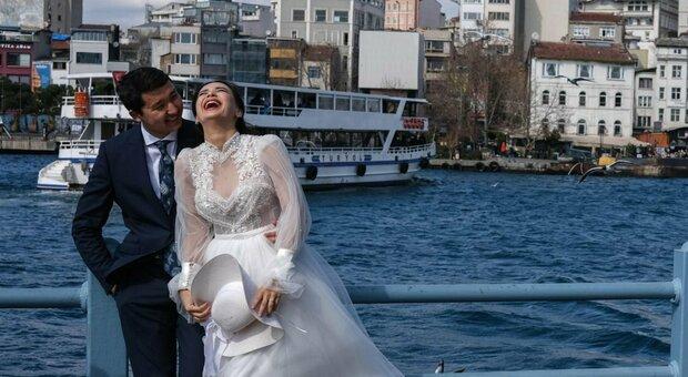 Matrimoni, le regole: più di 4 persone ai tavoli al ricevimento? Novità su balli, tableau e buffet