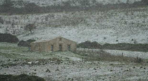 Neve al Sud, anche in Sicilia: imbiancati i monti a Palermo, scuole chiuse in due province