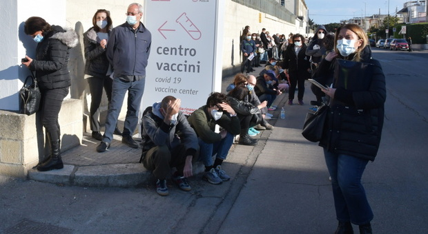 Caregiver in coda a Lecce, davanti alla caserma Zappalà