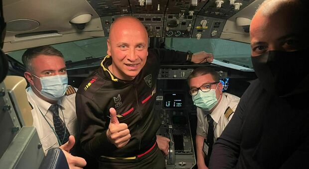 Il ritorno da Pisa dopo la vittoria: il presidente Sticchi Damiani e mister Corini nella cabina di pilotaggio dell'aereo
