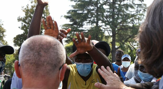 Migranti positivi al Covid si riversano nelle strade: panico a Massa