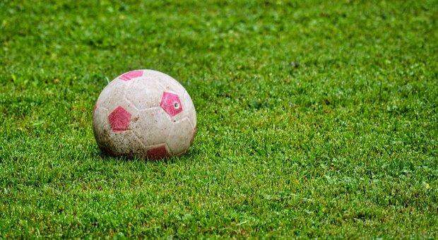 Entrano in un giardino per recuperare il pallone, due bambini interrogati e denunciati