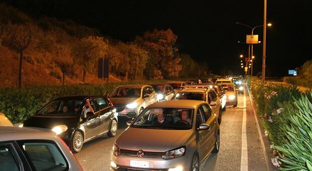 Le auto in coda per accedere all'hub di Taranto
