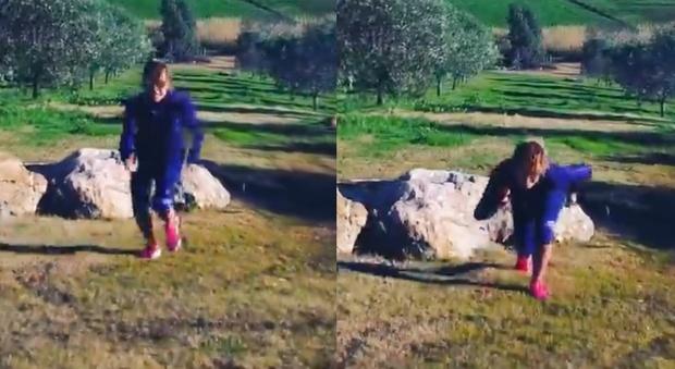 Barbara D'Urso runner, il video della corsa su Instagram. Ma i fan notano un dettaglio: «Che succede?»
