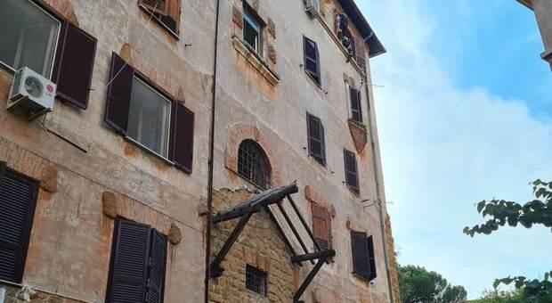 Roma, donna minaccia di uccidersi lanciandosi dal balcone: salvata dai vigili del fuoco