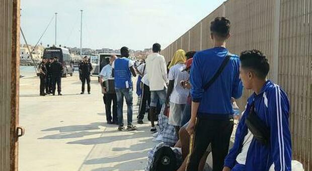 Lampedusa, svuotato l'hotspot: tutti i migranti sono stati trasferiti sulla nave quarantena