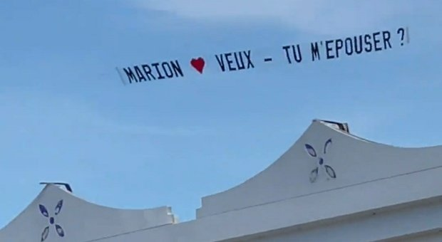 «Marion, mi vuoi sposare?». Affitta un aereo e sorvola la spiaggia con la speciale richiesta di matrimonio
