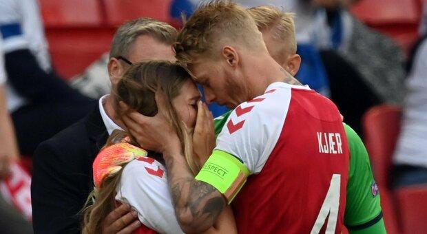 Eriksen, la moglie Sabrina corre in campo in lacrime dopo il malore del marito: l'abbraccio di Kjaer e Schmeichel