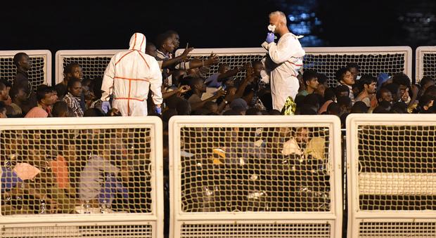 Profughi a bordo della fregata Fasan, diretta a Messina