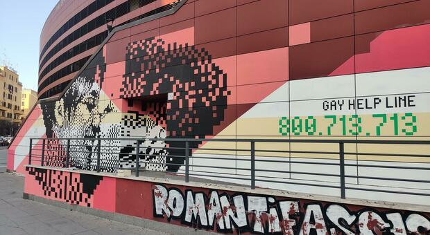 A Roma un murale con un bacio tra due donne: «È il primo in Italia». L'opera di Krayon