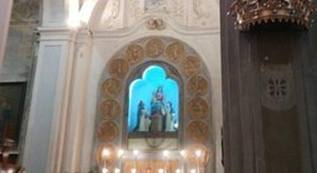 Ruba le offerte e la collana della Madonna, poi fa i suoi bisogni sul crocefisso: caccia al ladro