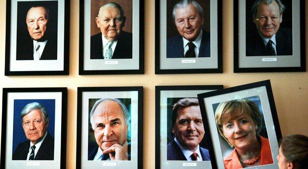L immagine di Angela Merkel accanto ai ritratti degli altri cancellieri tedeschi, da Adenauer a Schroeder, nel KanzlerEck pub di Berlino (EPA/Jens Buettner)
