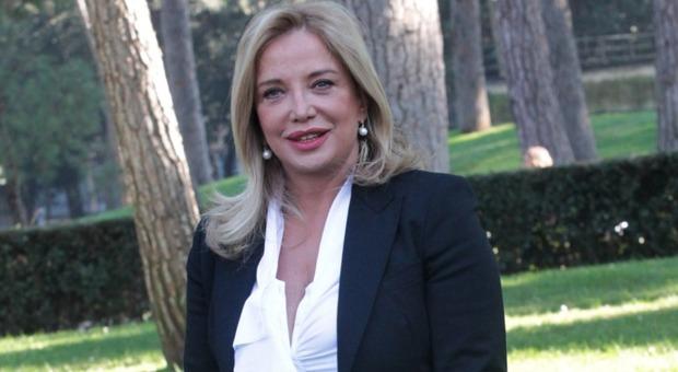 Simona Izzo, incidente a Capri: «Vado in giro con una stampella». Ecco cosa le è successo