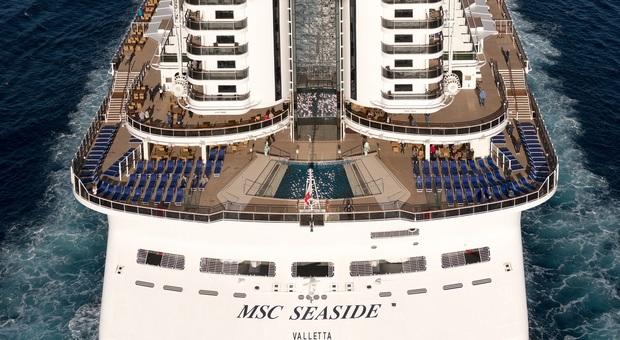 Il debutto di Msc Seaside a Taranto: davanti al Castello Aragonese giochi d'acqua per festeggiare