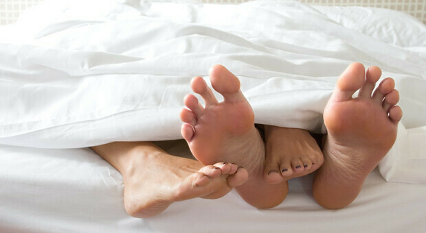 Muore durante il sesso, la fidanzata lo carica in auto e va in ospedale: «Mi è crollato addosso»