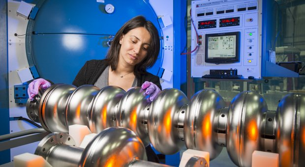 Anna Grassellino con il superconduttore RF Cavity (foto Reidar Hahn)