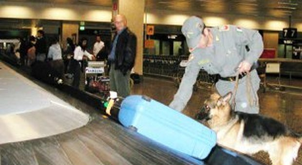 Un chilo e mezzo di ecstasy nel bagaglio: sequestro record in aeroporto