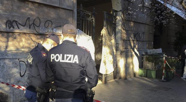 Roma choc, ex poliziotto si suicida nell'androne del palazzo: «Aveva perso la moglie da poco»