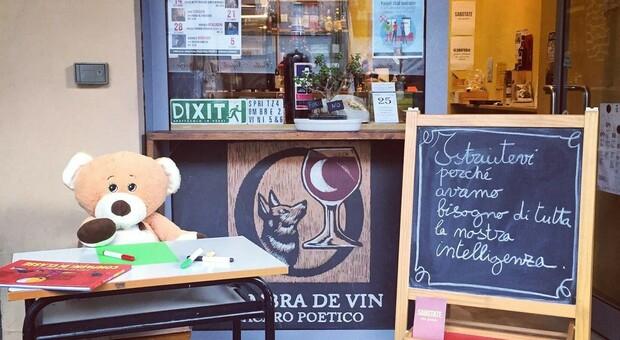 Pavia, la cameriera abbassa la mascherina per fumare una sigaretta: multata