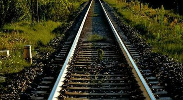 Trovato morto a 31 anni lungo i binari: potrebbe essere salito su un treno merci in corsa