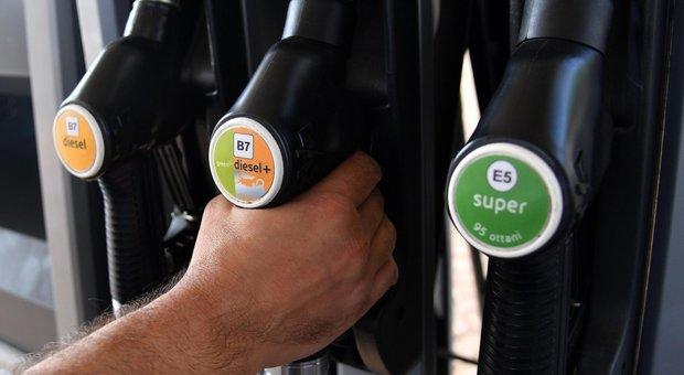 Esodo del 25 aprile con il caro-benzina: punte di 2 euro/litro in autostrada