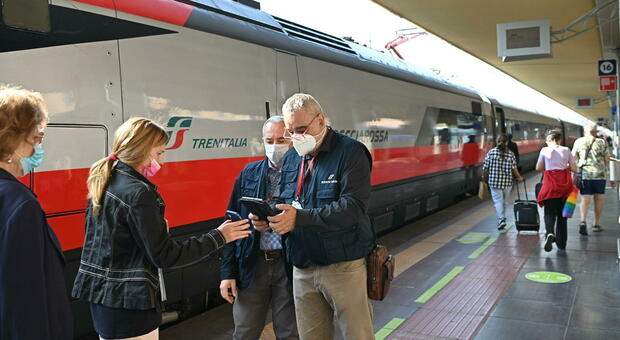Green pass obbligatorio per treni, aerei e bus a lunga percorrenza: cosa succede a chi viaggia senza