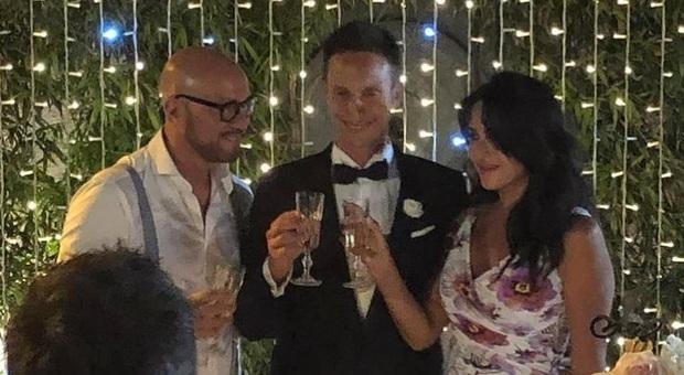 Walter Zenga e l ex moglie Elvira Carfagna brindano con il primogenito Jacopo durante il suo matrimonio al quale ha partecipato anche il fratellastro Andrea
