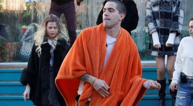 Gf Vip, Tommaso Zorzi sporca il bagno della casa. Samantha De Grenet indignata: «È inagibile»