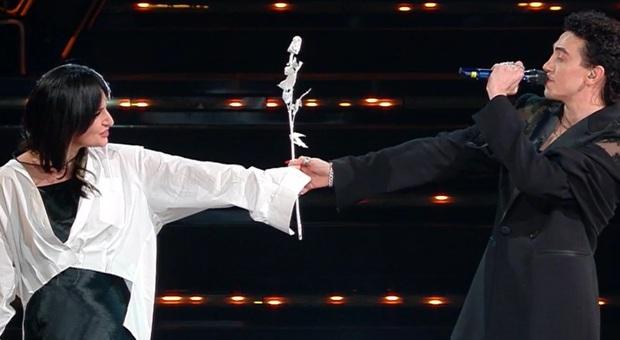 Sanremo 2021, Michele Bravi dal buio dopo l'incidente alla rinascita. Stasera duetto con Arisa