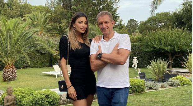 La coppia, ormai consolidata, di Ezio Greggio e Romina Pierdomenico in vacanza a Saint Tropez, parla di nuovi progetti