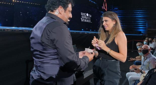 Dopo anni di fidanzamento e due bambini, il comico Enrico Brignano chiede la mano alla compagna Flora Canto