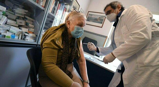 Vaccini, il report: il 39% degli over 80 ha ricevuto le due dosi. Ma tra i 70 e i 79 anni solo il 2%