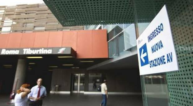 Roma, orrore a Tiburtina: uomo si lancia dal cavalcavia e viene travolto e ucciso da un treno