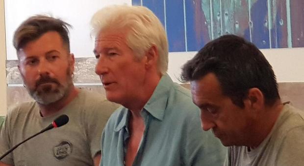 Richard Gere a Lampedusa con Open Arms: «Mio figlio 19enne è rimasto colpito. Salvini? Non mi interessa»